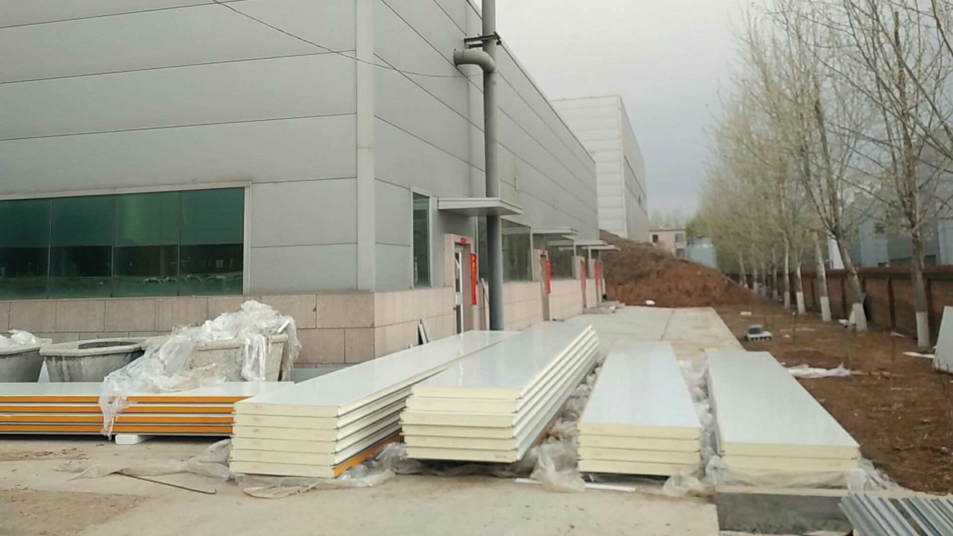 What factors affect the price of polyurethane sandwich panels