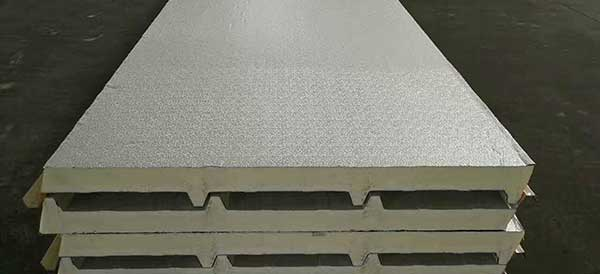 Roof insulation sandwich panels with aluminum foil